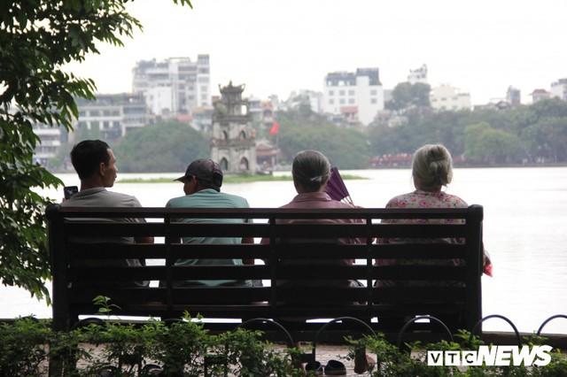 Ảnh: Phố đi bộ Hồ Gươm đặc kín người trong ngày nghỉ lễ giỗ Tổ Hùng Vương - Ảnh 8.