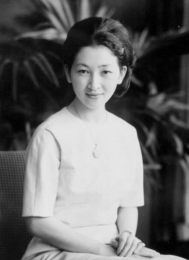 Nhan sắc kiều diễm của Hoàng hậu thường dân Michiko thời trẻ, khiến vua say đắm đến phá bỏ quy tắc Hoàng gia - Ảnh 9.