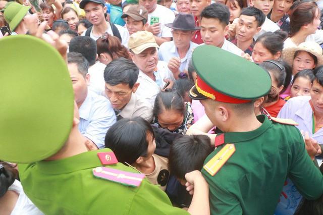 Cận cảnh vạn người chen chúc nghẹt thở ngày chính hội Đền Hùng  - Ảnh 11.