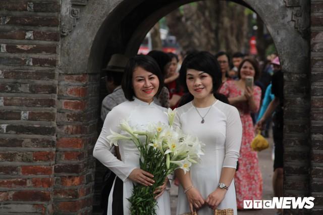 Ảnh: Phố đi bộ Hồ Gươm đặc kín người trong ngày nghỉ lễ giỗ Tổ Hùng Vương - Ảnh 10.