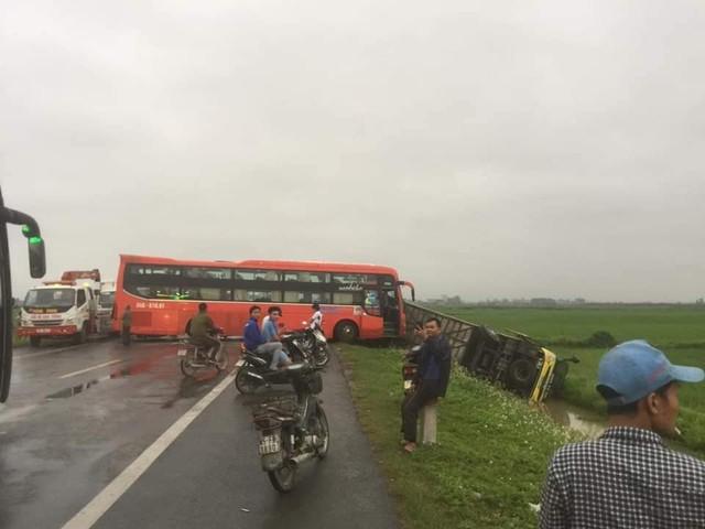 4 xe ô tô tông liên hoàn trên đường dẫn cao tốc Ninh Bình - Hà Nội - Ảnh 1.