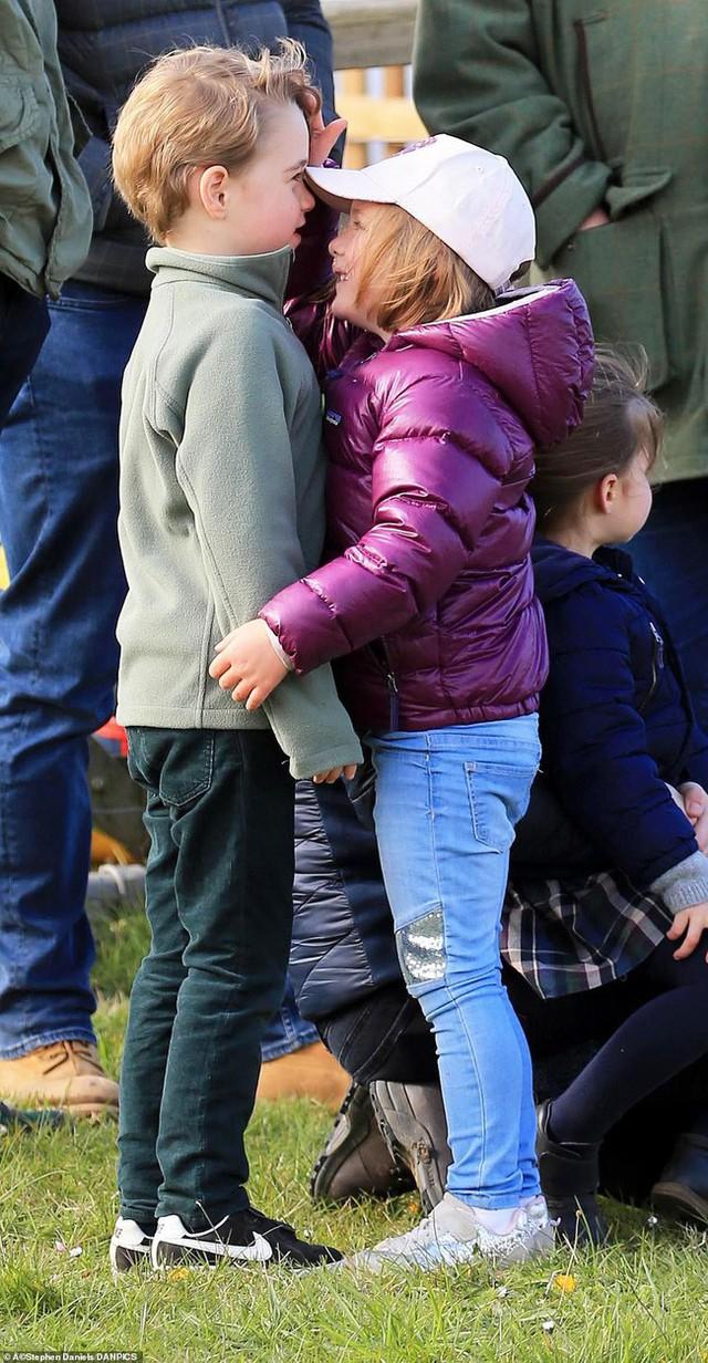 Chỉ vừa mới xuất hiện, hai con nhà Công nương Kate đã gây sốt, đặc biệt là sự thay đổi của Công chúa Charlotte khiến ai cũng thèm có một cô con gái - Ảnh 2.