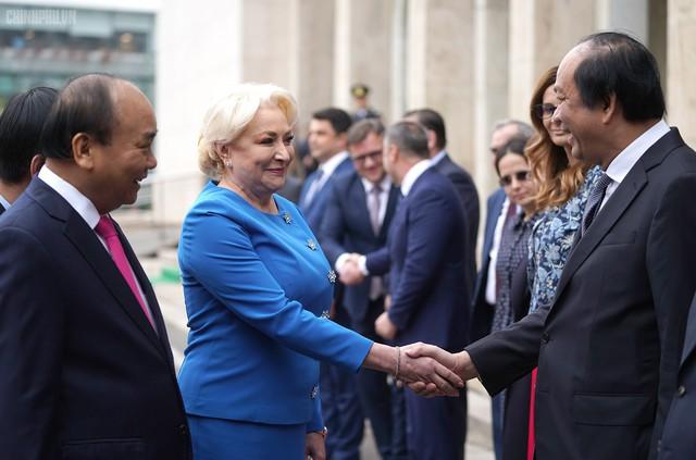 Lễ đón trọng thể Thủ tướng thăm Romania - Ảnh 4.