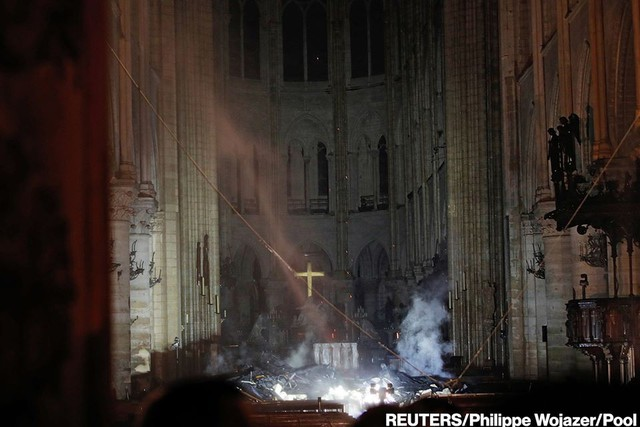 Còn lại gì bên trong Nhà thờ Đức Bà Paris sau vụ cháy thảm khốc? - Ảnh 1.