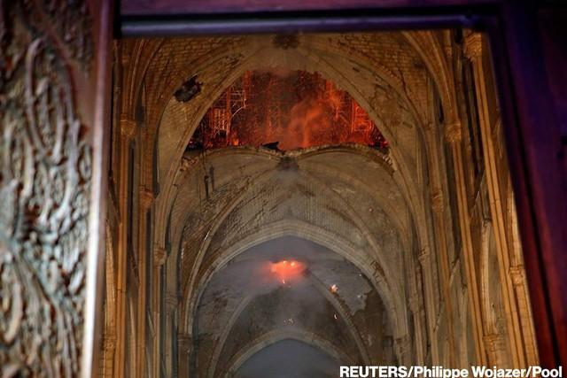 Còn lại gì bên trong Nhà thờ Đức Bà Paris sau vụ cháy thảm khốc? - Ảnh 2.