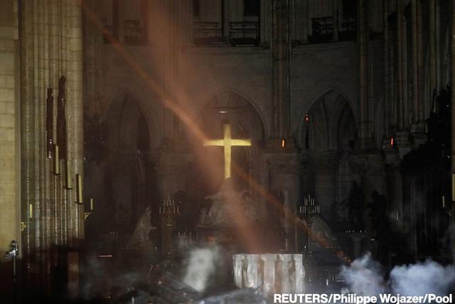 Còn lại gì bên trong Nhà thờ Đức Bà Paris sau vụ cháy thảm khốc? - Ảnh 3.