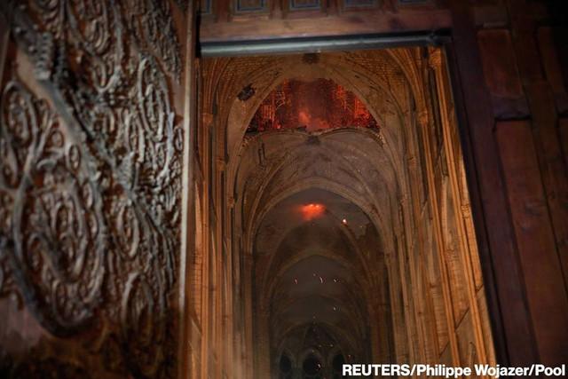 Còn lại gì bên trong Nhà thờ Đức Bà Paris sau vụ cháy thảm khốc? - Ảnh 4.