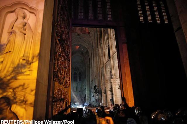 Còn lại gì bên trong Nhà thờ Đức Bà Paris sau vụ cháy thảm khốc? - Ảnh 5.