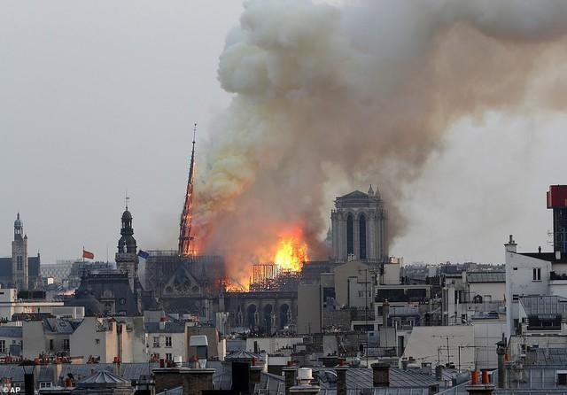 Cháy dữ dội bao phủ Nhà thờ Đức Bà Paris, đỉnh tháp 850 năm tuổi sụp đổ - Ảnh 3.