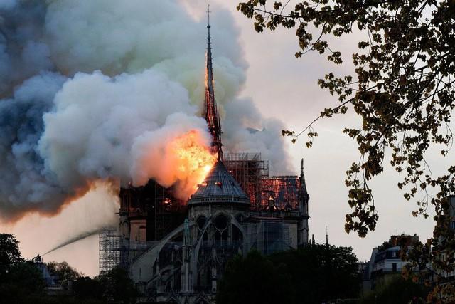 Những hình ảnh thảm khốc khi ngọn lửa lớn tàn phá Nhà thờ Đức Bà Paris tối 15/4 - Ảnh 1.