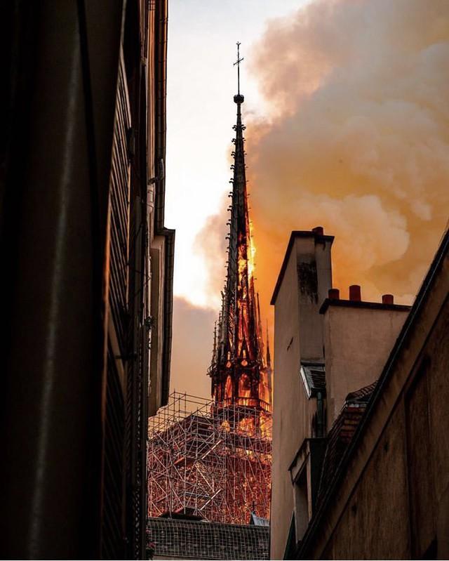 Những hình ảnh thảm khốc khi ngọn lửa lớn tàn phá Nhà thờ Đức Bà Paris tối 15/4 - Ảnh 2.