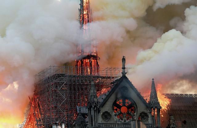 Hoả hoạn thiêu rụi Nhà thờ Đức Bà Paris: Hé lộ nguyên nhân ban đầu - Ảnh 1.