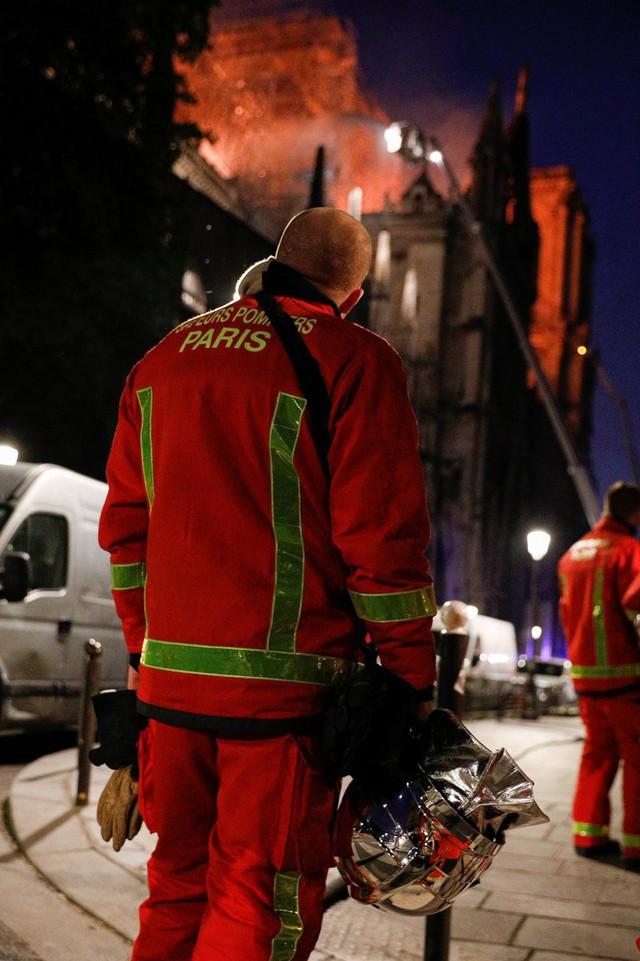 Người dân đau đớn nhìn ngọn lửa dữ dội trước mắt: Paris mà không có Nhà thờ Đức Bà thì không còn là Paris nữa - Ảnh 11.