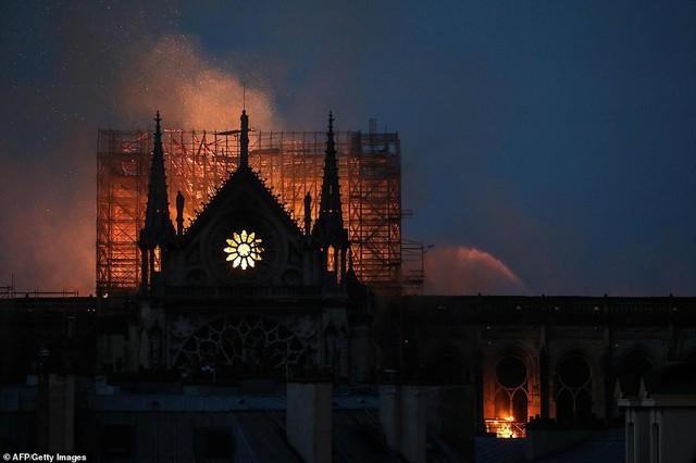 Những hình ảnh thảm khốc khi ngọn lửa lớn tàn phá Nhà thờ Đức Bà Paris tối 15/4 - Ảnh 17.