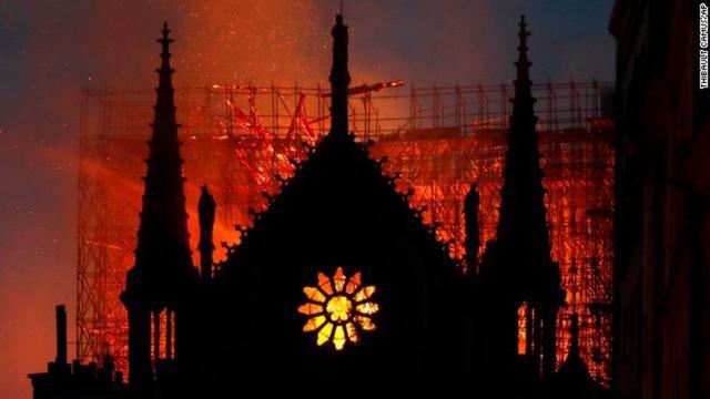 Những hình ảnh thảm khốc khi ngọn lửa lớn tàn phá Nhà thờ Đức Bà Paris tối 15/4 - Ảnh 18.