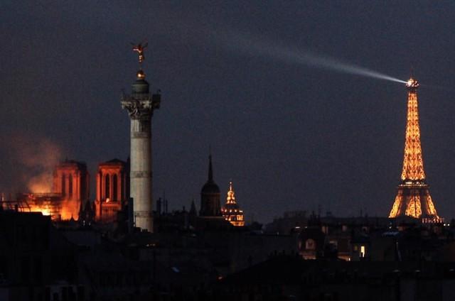 Những hình ảnh thảm khốc khi ngọn lửa lớn tàn phá Nhà thờ Đức Bà Paris tối 15/4 - Ảnh 21.