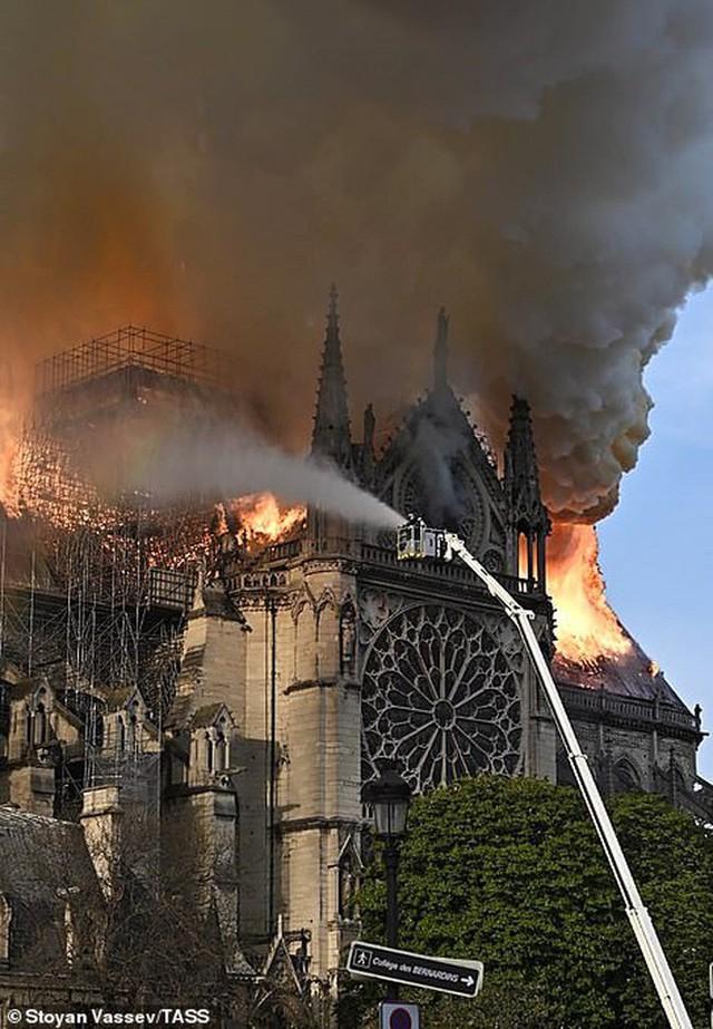 Cháy dữ dội bao phủ Nhà thờ Đức Bà Paris, đỉnh tháp 850 năm tuổi sụp đổ - Ảnh 5.