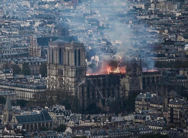 Những hình ảnh thảm khốc khi ngọn lửa lớn tàn phá Nhà thờ Đức Bà Paris tối 15/4 - Ảnh 6.