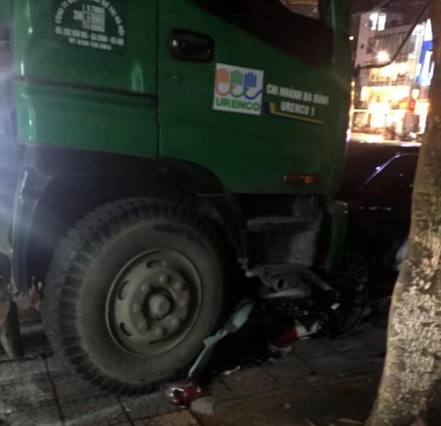 Hà Nội: Xe chở rác tông liên hoàn xe máy và xe con dừng đèn đỏ, 1 người gãy chân - Ảnh 1.