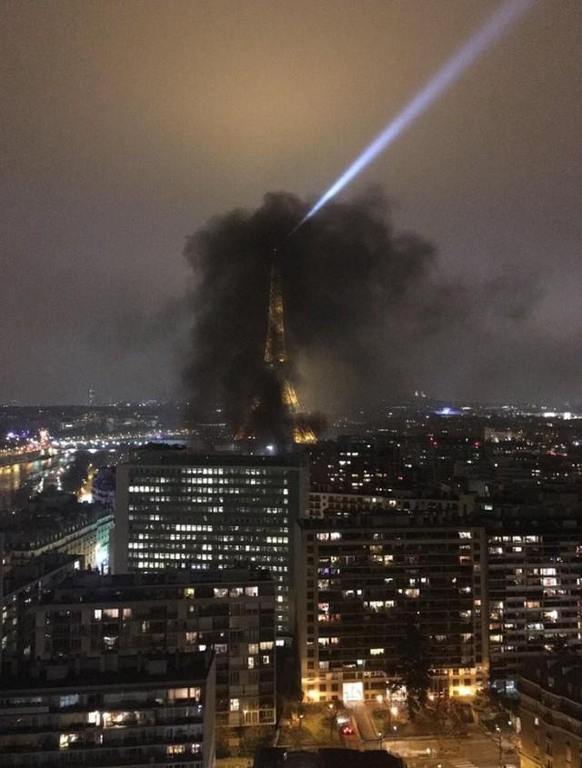 4 tháng và 3 nỗi đau quá lớn của người Paris: Lần lượt Khải Hoàn Môn, tháp Eiffel đến Nhà thờ Đức Bà chìm trong khói lửa - Ảnh 2.