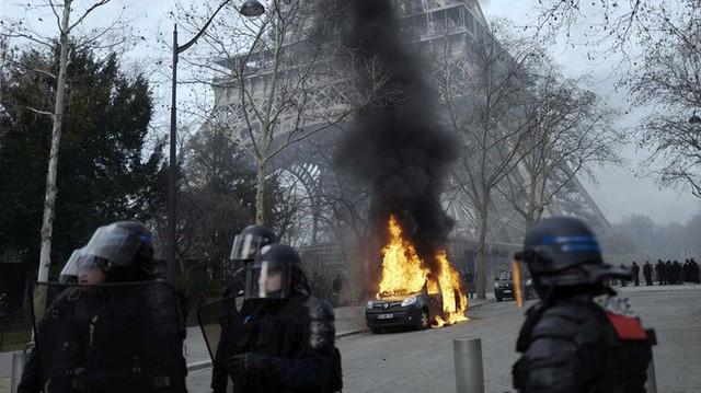 4 tháng và 3 nỗi đau quá lớn của người Paris: Lần lượt Khải Hoàn Môn, tháp Eiffel đến Nhà thờ Đức Bà chìm trong khói lửa - Ảnh 3.
