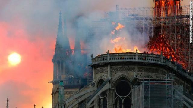 4 tháng và 3 nỗi đau quá lớn của người Paris: Lần lượt Khải Hoàn Môn, tháp Eiffel đến Nhà thờ Đức Bà chìm trong khói lửa - Ảnh 4.