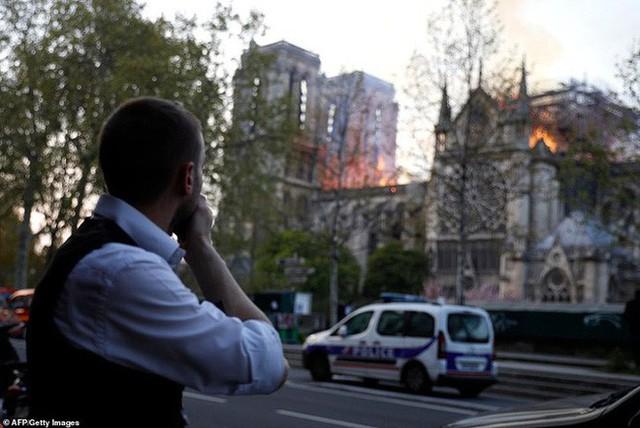 Đọc chia sẻ của nhà báo Pháp để thấm tận cùng nỗi đau khi Nhà thờ Đức Bà bùng cháy: Trái tim chúng tôi rỉ máu vì Notre Dame yêu dấu - Ảnh 5.