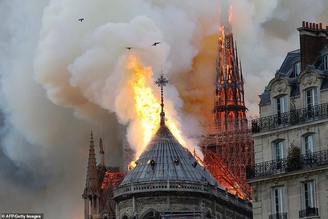 4 tháng và 3 nỗi đau quá lớn của người Paris: Lần lượt Khải Hoàn Môn, tháp Eiffel đến Nhà thờ Đức Bà chìm trong khói lửa - Ảnh 7.