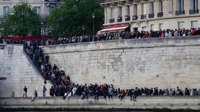Đọc chia sẻ của nhà báo Pháp để thấm tận cùng nỗi đau khi Nhà thờ Đức Bà bùng cháy: Trái tim chúng tôi rỉ máu vì Notre Dame yêu dấu - Ảnh 8.