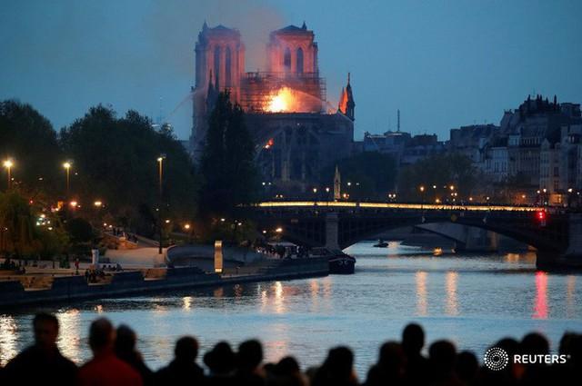 4 tháng và 3 nỗi đau quá lớn của người Paris: Lần lượt Khải Hoàn Môn, tháp Eiffel đến Nhà thờ Đức Bà chìm trong khói lửa - Ảnh 8.