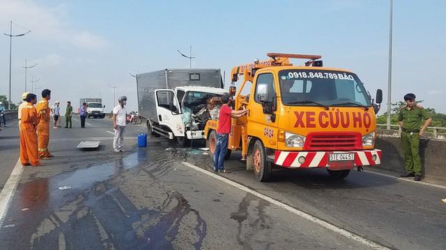 Dừng xe kiểm tra sự cố, bị xe tải khác tông bất ngờ, 2 người chết - Ảnh 2.