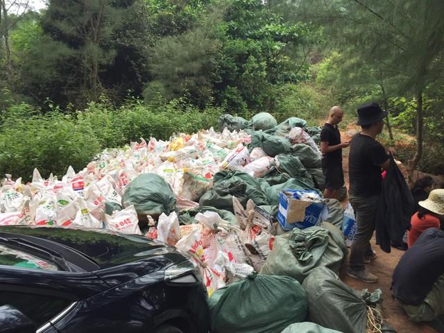 Thử thách dọn rác phiên bản lôi kéo đông vui nhất: 100 người nhặt cả tấn rác ở bãi sông Hồng, xử lý 90% rác khổng lồ ở Sơn Trà - Ảnh 11.