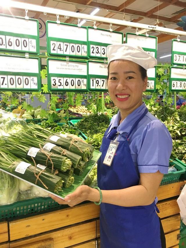 Một đại gia bán lẻ Việt dùng lá chuối thay nilon bọc thực phẩm, free nước lạnh/trà đá cho khách hàng những ngày nắng nóng - Ảnh 3.