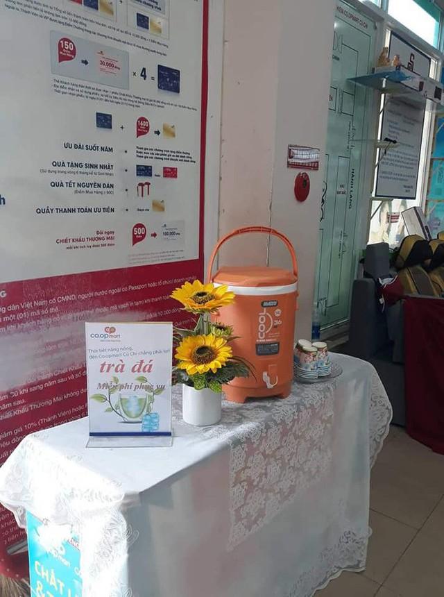 Một đại gia bán lẻ Việt dùng lá chuối thay nilon bọc thực phẩm, free nước lạnh/trà đá cho khách hàng những ngày nắng nóng - Ảnh 5.