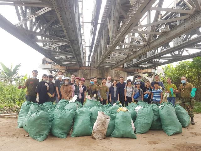 Thử thách dọn rác phiên bản lôi kéo đông vui nhất: 100 người nhặt cả tấn rác ở bãi sông Hồng, xử lý 90% rác khổng lồ ở Sơn Trà - Ảnh 6.