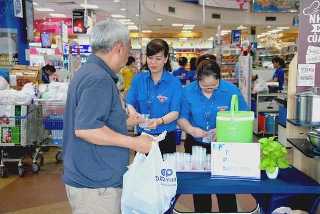 Một đại gia bán lẻ Việt dùng lá chuối thay nilon bọc thực phẩm, free nước lạnh/trà đá cho khách hàng những ngày nắng nóng - Ảnh 6.