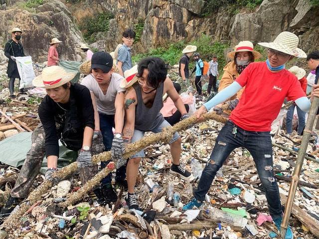 Thử thách dọn rác phiên bản lôi kéo đông vui nhất: 100 người nhặt cả tấn rác ở bãi sông Hồng, xử lý 90% rác khổng lồ ở Sơn Trà - Ảnh 9.