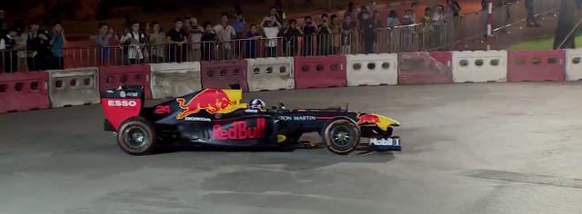Mãn nhãn với màn đua xe F1 của tay đua huyền thoại David Coulthard ngay tại Hà Nội - Ảnh 2.