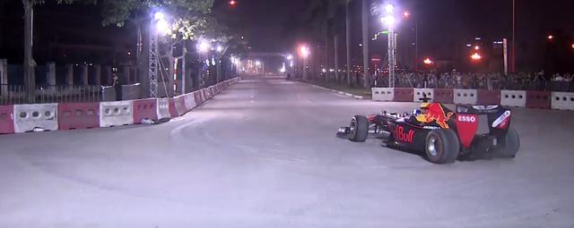 Mãn nhãn với màn đua xe F1 của tay đua huyền thoại David Coulthard ngay tại Hà Nội - Ảnh 4.