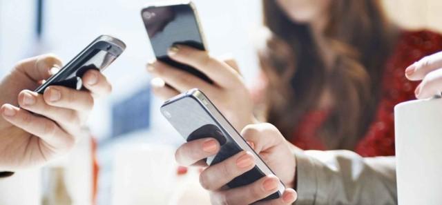 Khoa học, công nghệ phát triển cũng đồng nghĩa với việc con người sẽ trở nên ngày càng phụ thuộc vào những thiết bị tân tiến: 10 thói quen sử dụng điện thoại thông minh đang hủy hoại chính thành công của bạn - Ảnh 1.