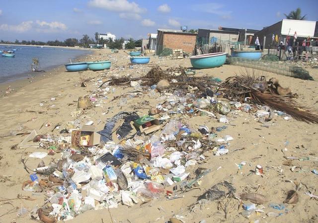 Ninh Thuận: Rác thải tràn ngập bãi biển du lịch Ninh Chữ - Ảnh 1.