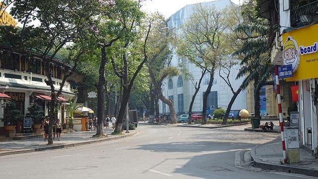 Nắng như đổ lửa, phố đi bộ Hồ Gươm vắng tanh ngày cuối tuần - Ảnh 2.