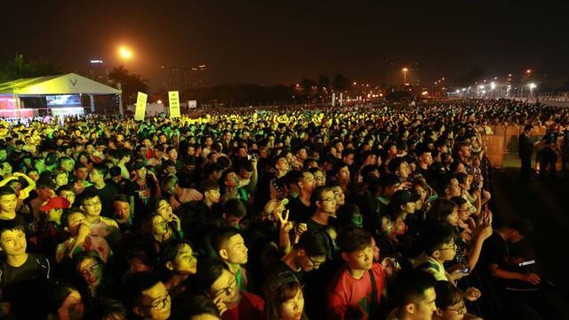 Hình ảnh nóng từ nơi diễn ra màn biểu diễn đua xe F1 tại Hà Nội - Ảnh 2.