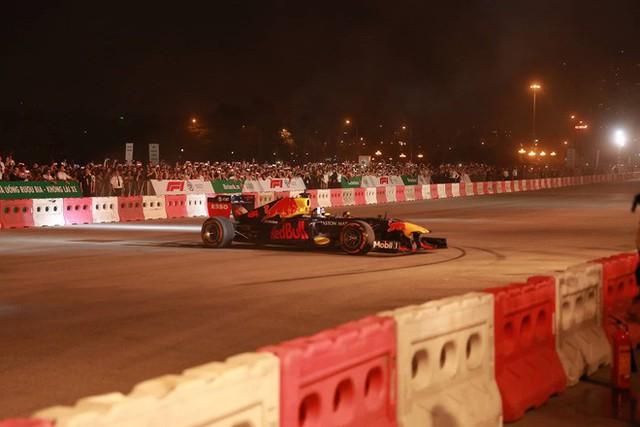 Xe đua F1 lao qua như cơn gió trước khu vực sân vận động Mỹ Đình, ngàn người hò reo - Ảnh 2.