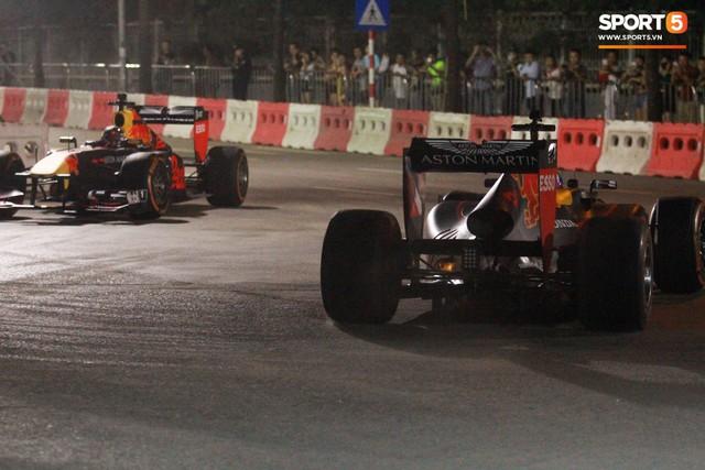 Muôn vàn cảm xúc của người dân Việt khi chứng kiến tận mắt những chiếc xe F1 ngay tại Hà Nội - Ảnh 11.