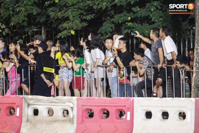 Muôn vàn cảm xúc của người dân Việt khi chứng kiến tận mắt những chiếc xe F1 ngay tại Hà Nội - Ảnh 15.