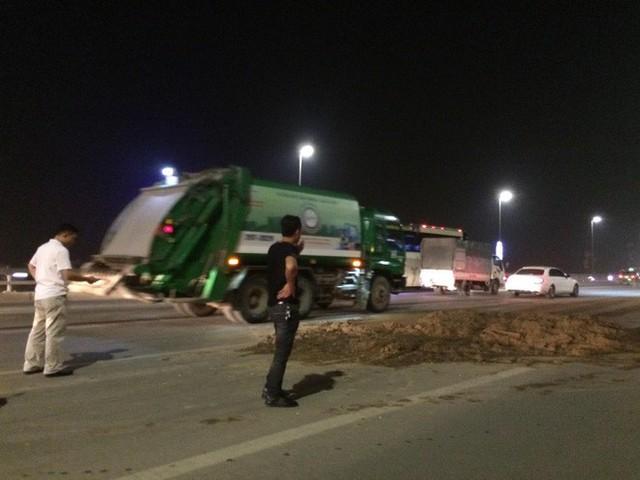 Bùn đất rơi vãi hơn 5km dọc cầu Nhật Tân, nhiều phương tiện hư hỏng - Ảnh 3.