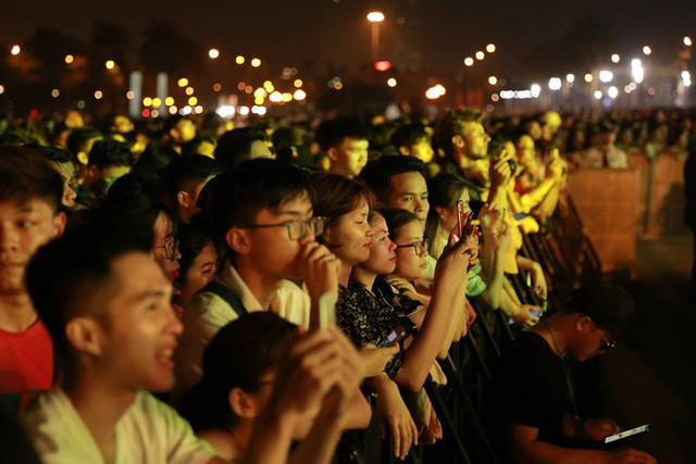 Hình ảnh nóng từ nơi diễn ra màn biểu diễn đua xe F1 tại Hà Nội - Ảnh 3.
