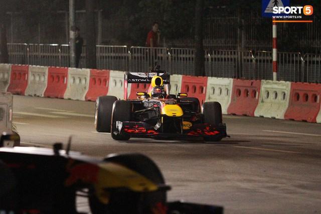 Muôn vàn cảm xúc của người dân Việt khi chứng kiến tận mắt những chiếc xe F1 ngay tại Hà Nội - Ảnh 22.