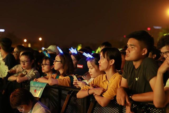 Hình ảnh nóng từ nơi diễn ra màn biểu diễn đua xe F1 tại Hà Nội - Ảnh 4.